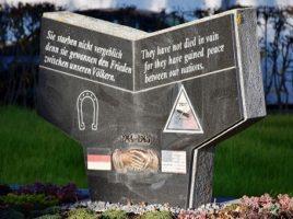 Das umstrittene Denkmal bleibt vorerst stehen
